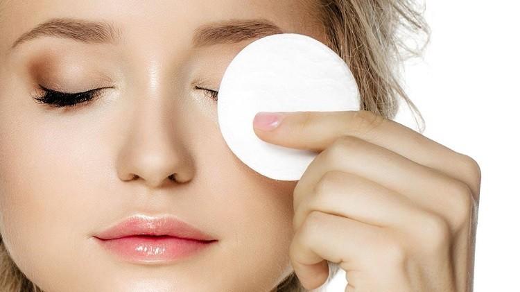 Mắt là bộ phận được cho là khó tẩy trang nhất
