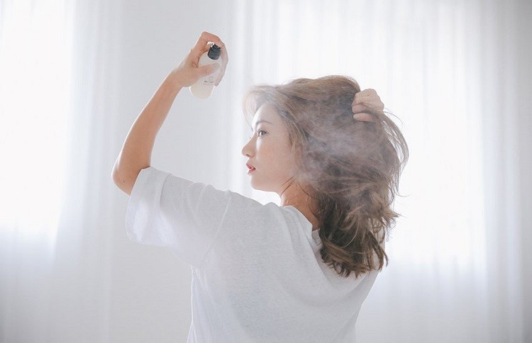 xịt khoáng tạo kiểu tóc