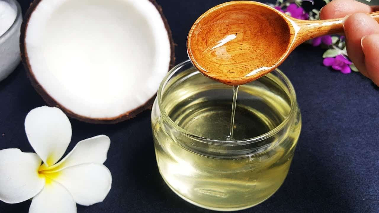 Dầu dừa cũng là nguyên liệu tự nhiên chăm sóc tóc rất tốt