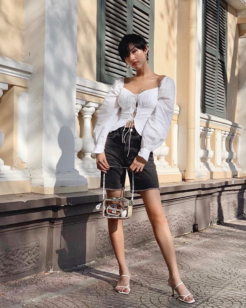 Cầm túi kẹp nách ở tay giúp các nàng trở nên phóng khoáng, năng động hơn khi đi dạo phố