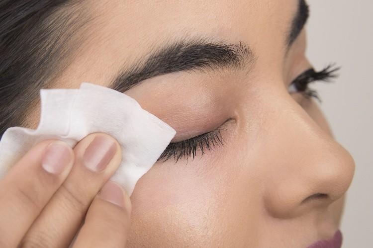 Làm sạch phấn ở vùng mắt