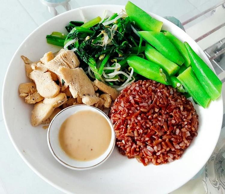 Gạo lứt và thịt ức gà