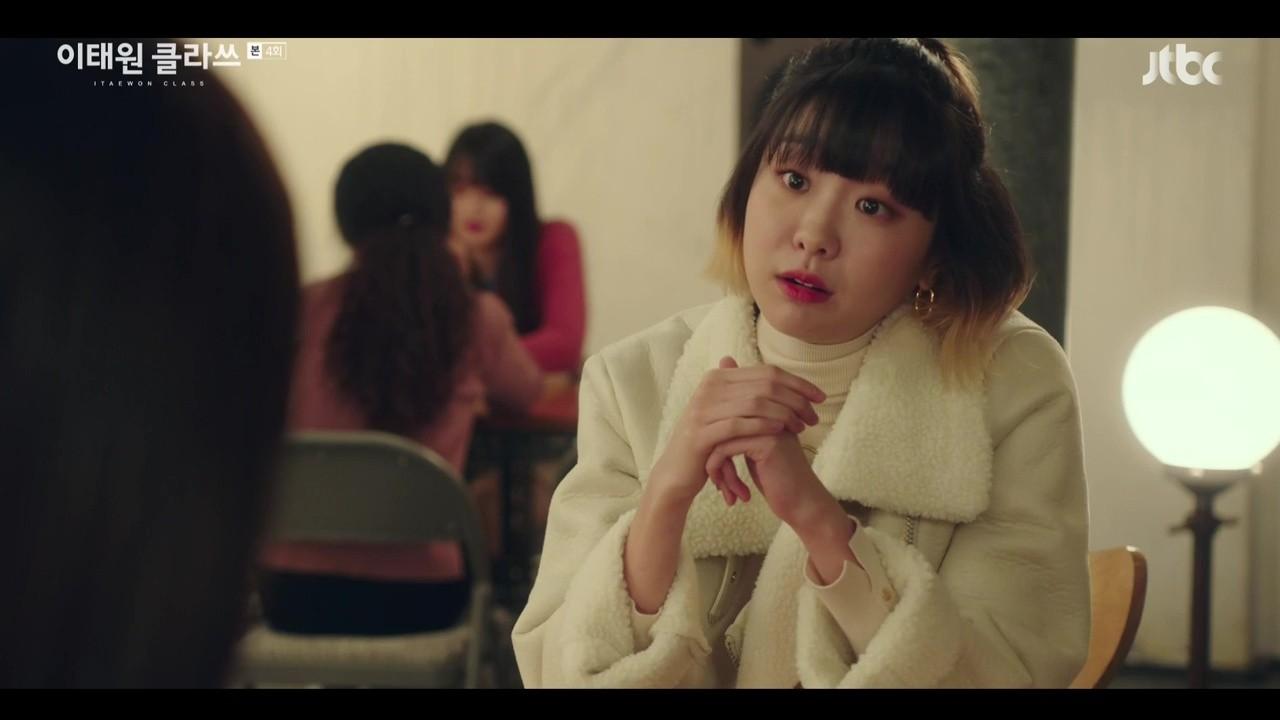 Áo măng tô cỡ lớn cũng được nữ chính Itaewon Class lựa chọn